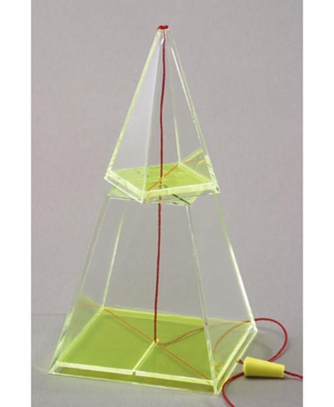 Četverostrana piramida s pokretnom osnom niti i odvojivim vrhom