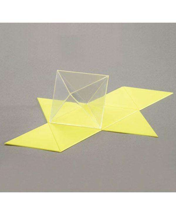 Oktaedar s zatvorenim stranicama, proziran, s mrežom površine.