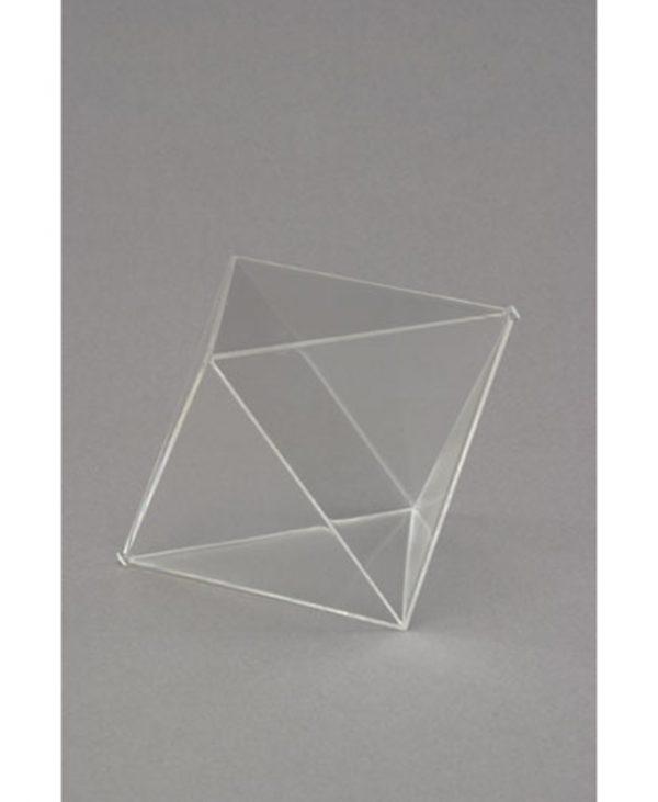 Oktaedar s zatvorenim stranicama, proziran.