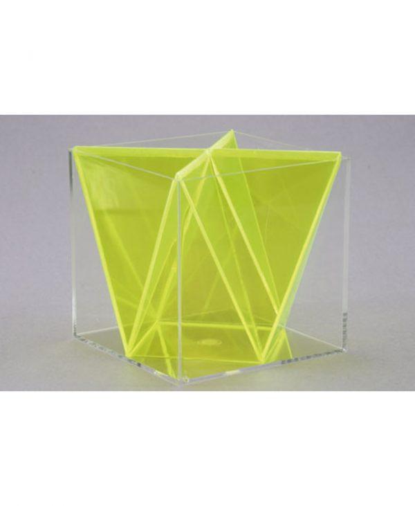 Kocka sa segmentima piramide, koji se sastoji od dvanaest jednakih trokuta; piramide su pomične