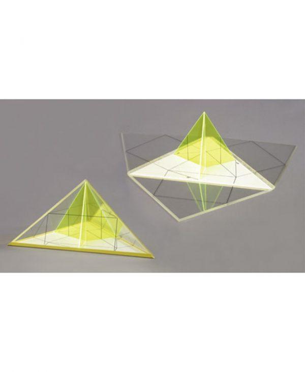 Piramide s raznostranim trokutom kao osnovicom, a sa strane podjednako nagnuti na osnovicu, s označenim visinama