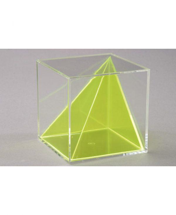 Nepravilna piramida unutar kocke