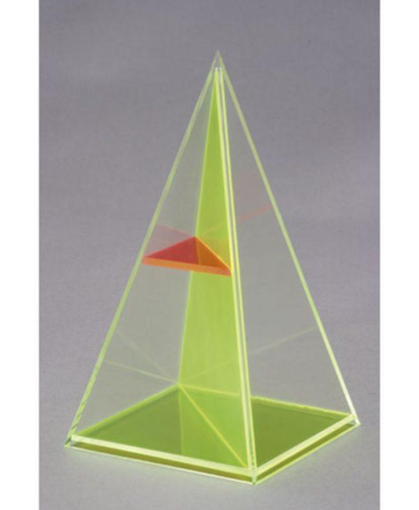 Četverostrana piramida s dijagonalnim presjekom i horizontalnom ravninom.